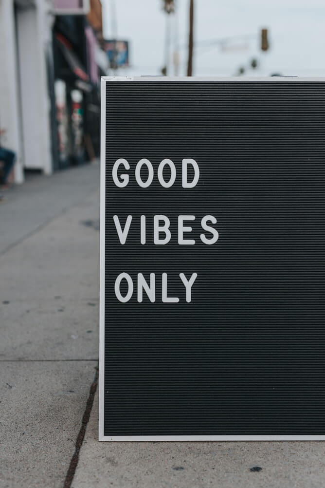 "Sign with the words ""Good Vibes Only"""